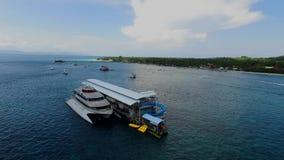 O navio de cruzeiros aterrou em esportes de água de Nusa Pendia, com fundo do céu azul filme