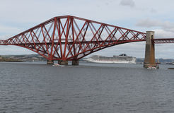 O navio de cruzeiros com adiante cerca a ponte Fotografia de Stock