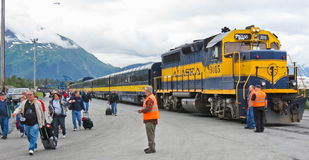 O navio de cruzeiros da estrada de ferro de Alaska deixa cair fora Imagem de Stock