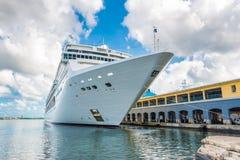 O navio de cruzeiros do CAM Opera entrou no porto de Havana Foto de Stock
