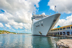O navio de cruzeiros do CAM Opera entrou no porto de Havana Imagens de Stock