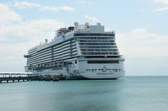 O navio de cruzeiros do mundo na ilha de Caye da colheita Foto de Stock Royalty Free