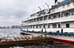 O navio de cruzeiros do passageiro é amarrado à terraplenagem do rio de Moscou Imagem de Stock