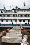O navio de cruzeiros do passageiro é amarrado à terraplenagem do rio de Moscou Foto de Stock