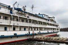 O navio de cruzeiros do passageiro é amarrado à terraplenagem do rio de Moscou Foto de Stock Royalty Free