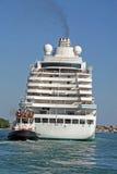 O navio de cruzeiros enorme para o transporte dos passageiros puxou perto Imagens de Stock Royalty Free