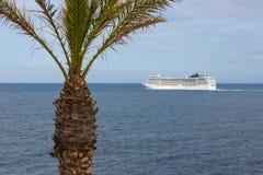 O navio de cruzeiros está saindo de Madeira tropical Imagens de Stock Royalty Free