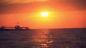 O navio de cruzeiros luxuoso do mar no por do sol e espirra filme