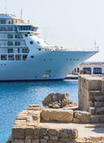 O navio de cruzeiros luxuoso entrou no cais do Rodes, Grécia fotografia de stock royalty free