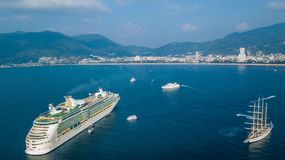 O navio de cruzeiros luxuoso no mar de andaman, Phuket, Tailândia, antena vie imagens de stock royalty free