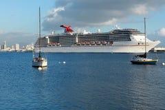 O navio de cruzeiros sae de San Diego Fotografia de Stock