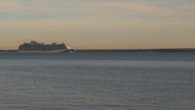 O navio de cruzeiros de Timelapse vai em uma viagem do porto filme