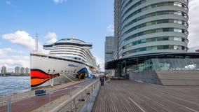 O navio de cruzeiros Ultramodern AIDAperla é amarrado em Rotterdam no fotos de stock