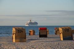 O navio de cruzeiros vai ao mar Foto de Stock Royalty Free