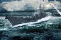 O navio de guerra atravessa o Atlântico áspero imagens de stock