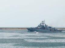 O navio de guerra do russo sai do louro. fotografia de stock