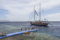 O navio de navigação com os turistas a bordo vai ao fotos de stock royalty free