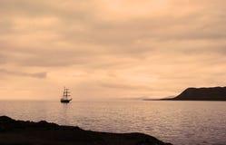 O navio de navigação entrou na porta de Longyearbyen Imagem de Stock Royalty Free