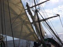 O navio de navigação de madeira está no mar Detalhes e close-up tempo ensolarado fotos de stock