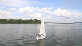 O navio de navigação parte da costa no rio video estoque