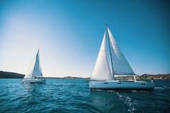 O navio de navigação yachts com as velas brancas no mar luxo imagem de stock royalty free