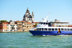O navio de passageiro com turistas Fotografia de Stock Royalty Free