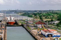 O navio de petroleiro do óleo que entra no Miraflores trava no canal do Panamá imagens de stock