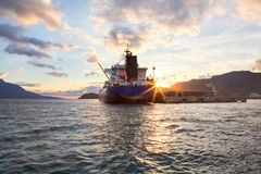 O navio de petroleiro gigante entrou, por do sol do fim da tarde imagens de stock royalty free