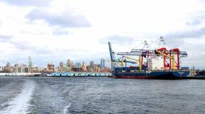 O navio de recipiente Conti Arabella entrou no gancho vermelho Marine Terminal ao longo da margem de Brooklyn imagem de stock
