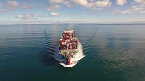 O navio de recipiente enorme navega nas ondas de oceano, horizonte do seascape, água azul 4k filme