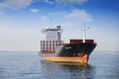 O navio de recipiente entrou vazio perto do porto de Valência foto de stock