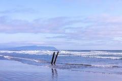 O navio destrói em uma praia do forte Stevens Park, Oregon imagens de stock