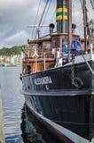 O navio do barco na água estacionou ao lado de um porto pequeno Fotos de Stock