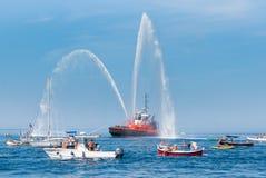 O navio do corpo dos bombeiros com elevação espirra ao céu imagens de stock