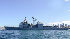 O navio do Estados Unidos de USS Chosin CG 65 chega porto de Sydney para participar na revisão internacional Sydney 2013 da frota Imagem de Stock Royalty Free