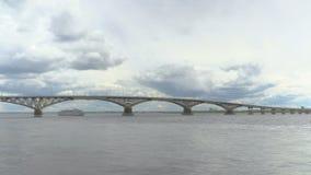 O navio do motor da três-plataforma do passageiro passa sob uma ponte da estrada através do Rio Volga gravação do Tempo-lapso Árv vídeos de arquivo