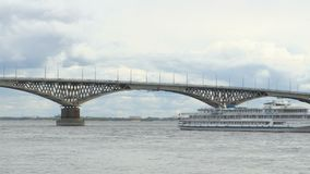 O navio do motor da três-plataforma do passageiro passa sob uma ponte da estrada através do Rio Volga gravação do Tempo-lapso Árv filme