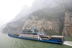 O navio do passageiro e da carga viaja no Rio Yangtzé entre a poluição pesada em China Fotografia de Stock Royalty Free