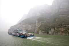 O navio do passageiro e da carga viaja no Rio Yangtzé entre a poluição pesada em China Imagens de Stock Royalty Free