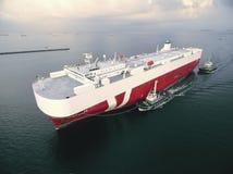 O navio do portador de carro do reboque do barco de dois reboquees vai entrar Imagem de Stock Royalty Free