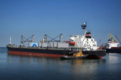 O navio e o tugboat Fotos de Stock Royalty Free