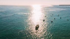 O navio em um feixe do sol Navios do porto fotos de stock