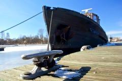 O navio em uma amarração Imagens de Stock Royalty Free