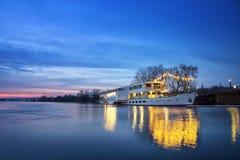 O navio encontra-se na doca no crepúsculo em Dresden Fotografia de Stock