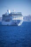 O navio está flutuando perto da costa Imagens de Stock Royalty Free