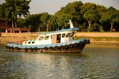 O navio está navegando em Chao Phraya River foto de stock royalty free