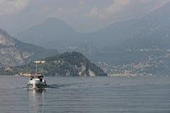 O navio está vindo de Bellagio no lago Como - Itália fotografia de stock