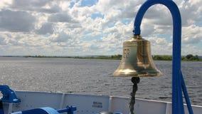 O navio flutua no rio, o sino na curva do navio vídeos de arquivo