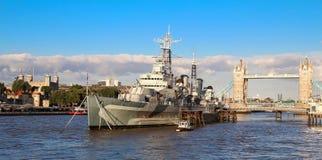 O navio HMS Belfast do museu amarrou no rio Tamisa em Londres, Reino Unido imagens de stock royalty free