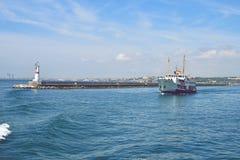 O navio leva passageiros ao longo do passo de Bosporus n Foto de Stock